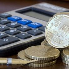 Zaměstnanec platí na sociální (důchodové) pojištění 6,5% z hrubé mzdy (a zaměstnavatel pak dalších 24,8% z hrubé mzdy).