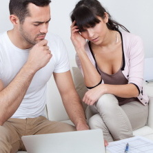 Pokud je dluh ve společném vlastnictví manželů, může exekutor vymáhat dluh jak z příjmu manželky, tak i z příjmu manžela.