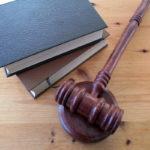 Srážky ze mzdy a jejich rozdělování, pokud je více pohledávek, jsou definovány v občanském soudním řádku, zákon číslo 99/1963 Sb., paragraf 280