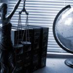 Místo, kde má dlužník trvalé bydliště je v tomto případě nedůležité. Tím se exekutor, při výkonu exekuce vůbec nemusí řídit. Exekutor má ze zákona právo zabavit majetek i na jiných místech.