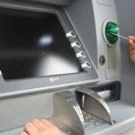 O zablokování účtu v bance od exekutora se obvykle dozvíte, až když si jdete vybrat peníze do bankomatu nebo při placení v obchodě.