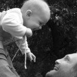 Na porodné je nárok, pokud průměrný měsíční příjem rodiny nepřekročí 2,7 násobek životního minima. Životní minimum pro dvě dospělé osoby a jedno dítě do 6 roků je 8720 Kč. Maximální měsíční příjem pro nárok na porodné tedy může být 23 544 Kč.